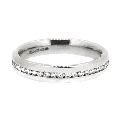 18ct white gold ring with central diamonds